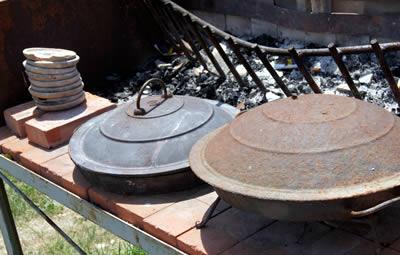 disco piatto di ghisa o di terracotta utilizzato per la cottura sul fuoco